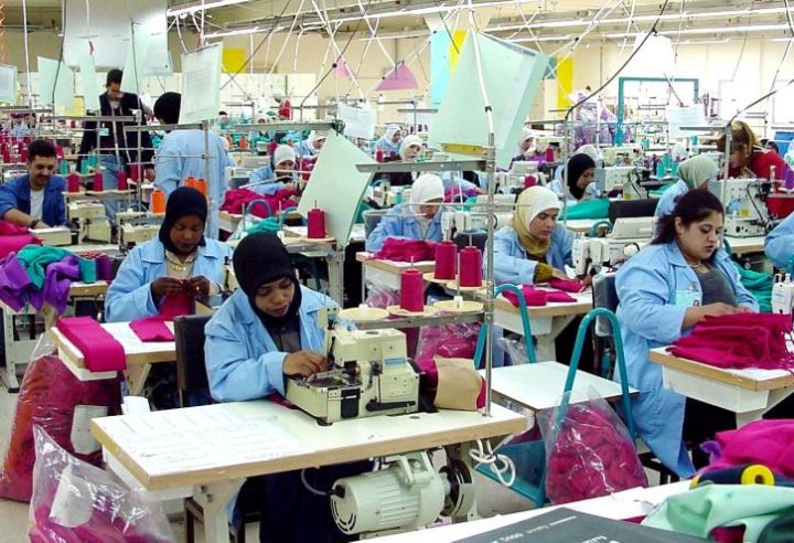 clothing-factory-in-jordan-with-female-workers-725x496